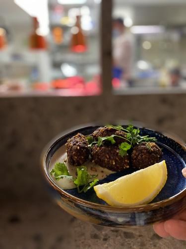 FAYER | Cocina israelí/ argentina en local de moda
